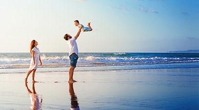Famille en vacances sur la plage