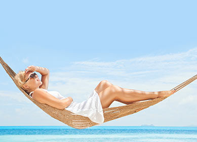 Femme dans un hamac sur la plage