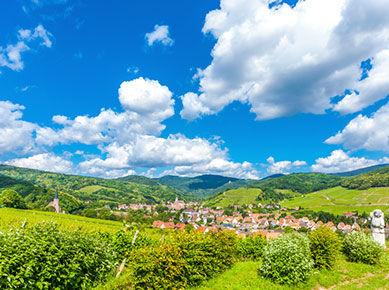 Montagne et village en été