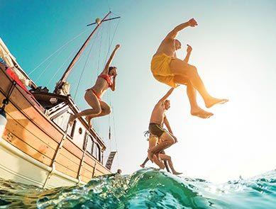Groupe d'amis saute dans la mer