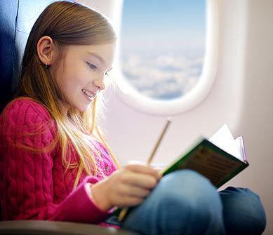 Petite fille dans un avion