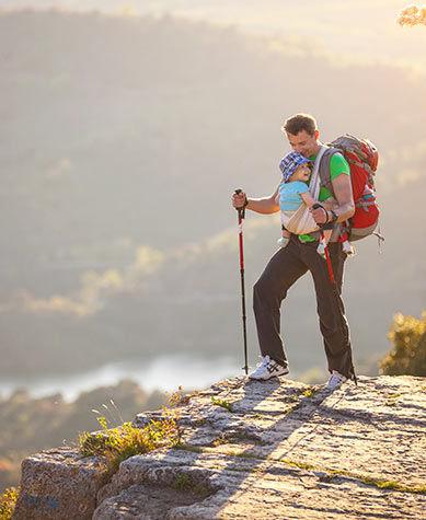 Papa et bébé randonnée en montagne