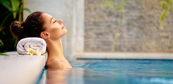 Femme détente piscine