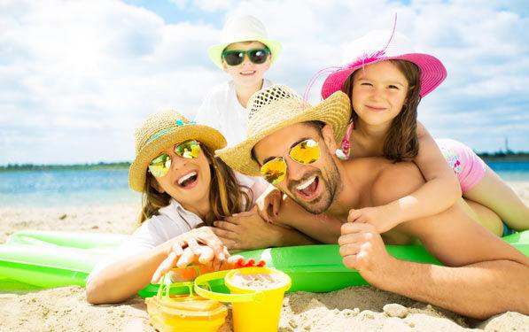 Famille bronze à la plage