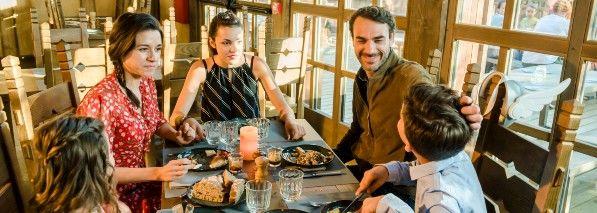 Famille au restaurant de l'hotel cite suspendue