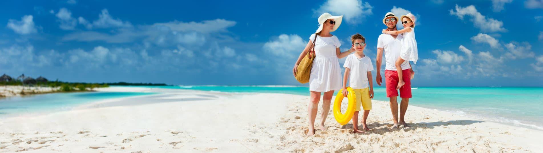 Famille sur une plage des Caraibes