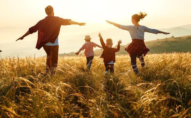 famille en vacances à la campagne